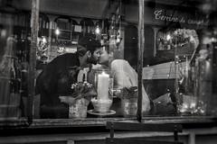 Kiss (christophe.frossard) Tags: street leica blackandwhite white black paris blancoynegro blackwhite kiss noiretblanc 28mm streetphotography fullframe uncropped summilux schwarzweis fullframesensor mirrorless leicaq stealingshadows nonrecadre christophefrossard mattanga
