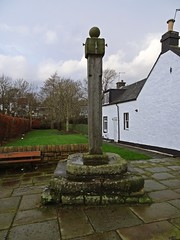 Meerkat (Bricheno) Tags: scotland village cross houston escocia sundials szkocja schottland mercat scozia renfrewshire cosse mercatcross  esccia   bricheno scoia
