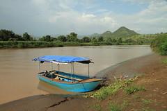Nilo azul (Txaro Franco) Tags: africa water azul ro river landscape agua barca paisaje ethiopia orilla ribera nilo ibaia etiopa niloazul paisajefluvial