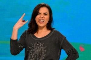 Monica Iozzi morde bochecha de Roberto Carlos após show em cruzeiro