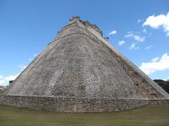 "Uxmal: la Pyramide du Magicien, en forme de hute traditionnelle maya <a style=""margin-left:10px; font-size:0.8em;"" href=""http://www.flickr.com/photos/127723101@N04/25948103025/"" target=""_blank"">@flickr</a>"