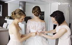 swietliste-fotografujemy-emocje-przygotowania-slubne-Bydgoszcz-ubieranie-sukni-panny-mlodej