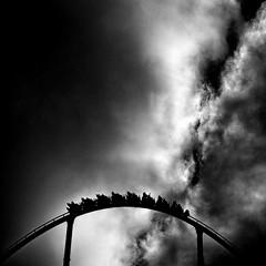 Averno (Sergio Mora-Gil Crespo) Tags: street sky bw blanco clouds day y gente negro cielo nubes día shambala atracción