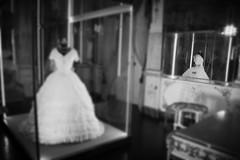 il vestito bianco - white dress -  castello di Donnafugata (leti zacca) Tags: people white castle canon vintage persona monocromo king remember dress persone re regina ricordi castello bianconero sicilia abito ragusa depoca donnafugata