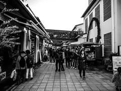 Shashin - DSCN2720 (Mathieu Perron) Tags: life city bridge people bw white black monochrome japan nikon noir harbour perron daily nb journey land  mp blanc japon personne ville gens vie mathieu   sjour   quotidienne       p520  zheld