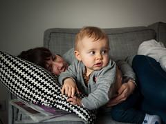Mre et fils (Dahrth) Tags: baby smile son couch maman sourire bb canap fils mre gf1 panasoniclumixgf1 lumix20mm 20mmpancake gf120
