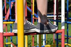 de ser criana (Flalenz) Tags: feet playground cores brinquedo ps pernas criana allstar sapato ensolarado