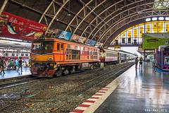 Fellow fans in Bangkok (VTZK) Tags: orange train thailand perron bangkok platform zug thai apb alstom railways quai als trein oranje srt alsthom opsporing ad24c