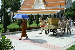 escorting a casket to the crematorium (the foreign photographer - ) Tags: canon thailand kiss bangkok monk funeral procession cart coffin wat mahathat bangkhen prasit 400d
