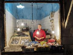 Fes-Schmitt-Streetfotografie-4190068 (insider-fototour) Tags: fish shop frame selling marokko fes schmitt streetfoto