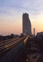 Thailand - Bangkok - Skytrain (railasia) Tags: sunset thailand 2000 bangkok siemens infra bts sathorn emu3 windweather silomline elevatedstructure metrosubwayunderground routenº2