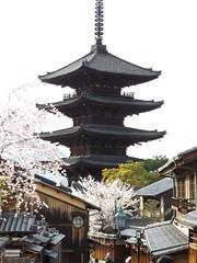 Yasaka-no-to Pagoda, Higashiyama, Kyoto, Japan, 5 April 2016 (AndrewDixon2812) Tags: kyoto kansai japan ninenzaka yasakanoto higashiyama kiyomizudera pagoda       hokanji