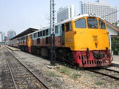 4041 and 4042 about to leave Thonburi, for Nam Tok (Barang Shkoot) Tags: station electric thailand nose diesel pair working engine twin railway loco 1966 locomotive tandem shovel ge cummins gek srt thonburi rsr shovelnose rotfai