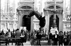 [La Mia Citt] acrobazie in Piazza Duomo (Urca) Tags: blackandwhite bw film 35mm italia milano bn biancoenero parkour nikonfe2 piazzaduomo 2015 analogico nikonfe201603220043
