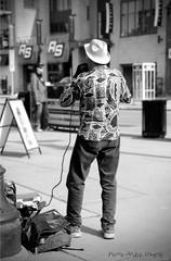 Artiste de rue ... ( P-A) Tags: soleil photos sourire printemps joie clients joyeux musicien visiteurs terrasses ottawaontario enchanteur artistederue marchants courageux marchby talentueux simpa