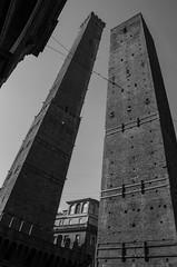 Le due torri in bianco e nero (AnnaPaola54) Tags: bologna torreasinelli febbraio finestre 2016 palazzopepolicampogrande