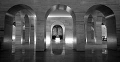 Mausolu Heris de 32 (Rafael Schaidhauer) Tags: parque branco arquitetura brasil de pb preto tumba e ibirapuera paulo obelisco interiores arco 32 so marmore monocromtico heri mausolu