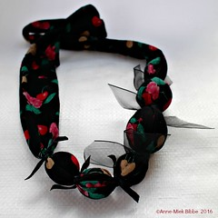 KERSENKETTING || NECKLACE CHERRIES (Anne-Miek Bibbe) Tags: black fashion necklace beads noir handmade oneofakind nederland jewelry bijoux jewellery collar zwart sieraad handwerk bisuteria kralen ketting custommade 2016 bibbs collana handmadejewelry hechoamano uniek bibber bibbe handgemaakt annemiekbibbe handmadebyannemiek bibbsbeadsandbuttonswithbellson canoneosm onverwachtambacht annemagicdesign
