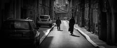 Croisement des générations (Maxime Bonzi) Tags: france black etienne white rue blanc saint noir photo de personnes twopeople deux