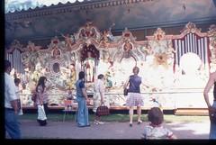 (Kaopai) Tags: travel holiday color tourism dia insel ameland ferien tourismus orgel farbfoto 1970er 1970th farbdia strasenmusik