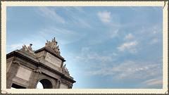 Madrid:Una puerta romana y unos pajarillos..buscalos!! (aliciap.clausell) Tags: madrid espaa spain arquitectura monumento nwn imperioromano puertadetoledo