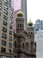 "Sur Lexington Ave, on remarque, au milieu des buildings, le style Gothic Revival et les superbes flches aux toiles dores de la ""Central Synagogue"", (Barbara DALMAZZO-TEMPEL) Tags: nyc manhattan synagogue midtown lexingtonave flche centralsynagogue toilesdores"