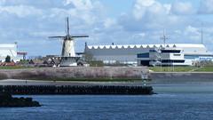 De Oranje molen vanuit zee (Omroep Zeeland) Tags: water zee rede molen coordinatiecentrum