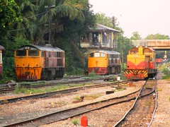 Locos at Thonburi (Bangkok Noi) (Barang Shkoot) Tags: station electric thailand diesel bangkok pair engine railway loco thai locomotive ge siam gauge bkk generalelectric metre thonburi rotfai