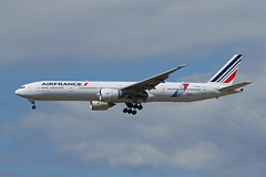 Air France   B777-328(ER)   F-GSQI (Globespotter) Tags: france sticker air pariscdg jonone fgsqi b777328er