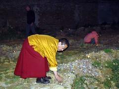 Lama Gyourmé allumant une bougie autour d'un pieu de fondation