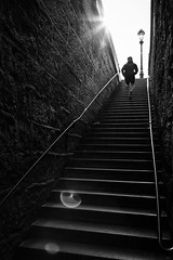 Monte des marches du Pont Neuf (Thus0 Petrus) Tags: blackandwhite paris france monochrome stair noiretblanc flare fr escalier jogger