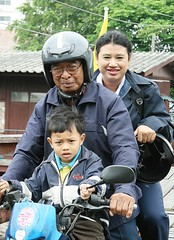 three generations on a motorcycle (the foreign photographer - ) Tags: portraits canon thailand three kiss bangkok grandfather mother son motorcycle generations khlong bangkhen thanon 400d