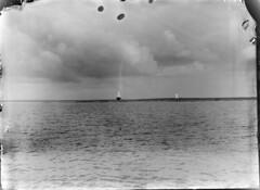 Härkmeri; tunnusmajakka ja linjataulu pienellä matalalla saarella n 300 m päästä kuvattuna (KansallisarkistoKA) Tags: lighthouse beacon majakka merimerkki tunnusmajakka härkmeri