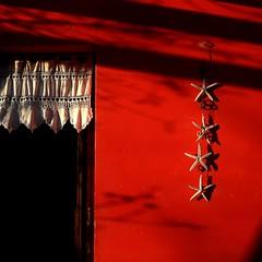 mezzogiorno italiano (archifra -francesco de vincenzi-) Tags: door red square rouge puerta mediterraneo ombre porta porte minimalismo rosso carré dettaglio stelladimare minimalart merletto vecchimerletti regnodinapoli archifraisernia francescodevincenzi mezzogiornoitaliano