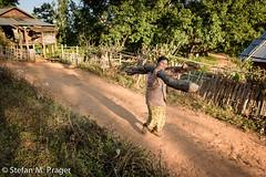 719-Mya-HSIPAW-463.jpg (stefan m. prager) Tags: burma myanmar shan holz arbeit birma hsipaw thibaw nikond810 pankam palaundorf