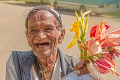 Dry and fresh (von Renate Bomm) Tags: old portrait flower men skin bokeh alt smiles dry blumen fresh complementary elderly mann budda karneval lcheln beautyful straus gegenstze smoth oposit flickrunitedaward renatebomm strsche