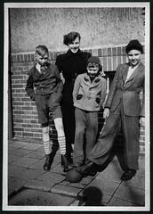 Archiv C902 Chemnitz, 15. Mai 1953 (Hans-Michael Tappen) Tags: boy boys ball outfit shoes outdoor frisur 1950s mutter schuhe junge mtzen 1953 jungen anzug kleidung haarschnitt wintermantel 1950er kurzehose archivhansmichaeltappen