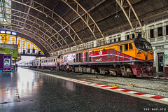 Impressive beast (VTZK) Tags: thailand bangkok state railways srt ge general electric cm227i train trein zug station gare bahnhof platform perron quai orange oranje rood red rouge