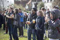 Crowd gathers to watch the races (Adnams) Tags: beer theboatrace ghostship 2016 adnams furnivallgardens thebnymellonboatraces