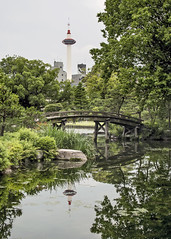 Kyoto Tower (fantommst) Tags: bridge people tower japan garden wooden pond kyoto snowcapped kikokutei shoseien shinsetsukyo lisaridings fantommst ingestsuchi