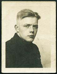 Archiv E135 Passbild, 1930er (Hans-Michael Tappen) Tags: boy man 1930s outfit portrt frisur mann junge passfoto lichtbild 1930er atelierphoto archivhansmichaeltappen