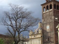 Waiting for... (ba.sa74) Tags: statue nuvole arte natura piemonte cielo cupola dome duomo albero architettura passato vercelli artesacra decori allariaaperta