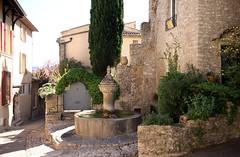 Vaison la romaine (photovoyage.fr) Tags: france pierre 1020 fontaine vaucluse vaison 450d photovoyagefr