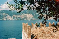 Castle View (Thomas Remme) Tags: italien italy castle film analog urlaub ishootfilm revue400se malcesine burg gardasee filmisnotdead kodakportra400320 thomasremme|photographie revuenon1740