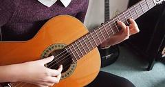"Gitarre spielen. Sie spielt Gitarre. • <a style=""font-size:0.8em;"" href=""http://www.flickr.com/photos/42554185@N00/24006163720/"" target=""_blank"">View on Flickr</a>"