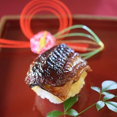 [ NEW YEAR SPECIAL ] ■うなぎ棒寿司 ウナギのひげや長い姿から、長寿の象徴とされています。 また、川を上る姿は「うなぎのぼり」という言葉のように、成長や繁栄の願いが込められています。 - ซูชิปลาไหล ความหมาย ปลาไหล = ชาวญี่ปุ่นได้ให้ความหมายกับปลาไหลด้วยรูปลักษณ์ที่มีหนวดและลำตัวที่ยาว เสมือนผู้เฒ่าที่มีหนวดเคราและอายุยืนยาวเช่นเดียวกับต