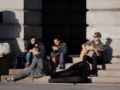 . (kthtrnr) Tags: friends sunlight shadows busker marketsquare councilhousesteps