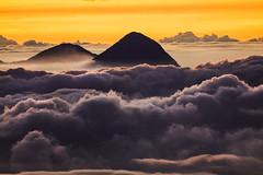 Crter del Volcn Santa Mara visto desde la crter del Tajumulco (hacer fotografa es toda mi vida) Tags: sunrise volcano guatemala cima crter volcnsantamara