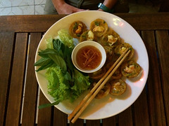 "Ho Chi Minh Ville: crêpes de riz aux crevettes <a style=""margin-left:10px; font-size:0.8em;"" href=""http://www.flickr.com/photos/127723101@N04/24161172904/"" target=""_blank"">@flickr</a>"
