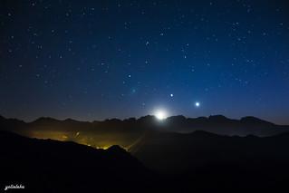 La Luna acompañada de Venus y Júpiter.